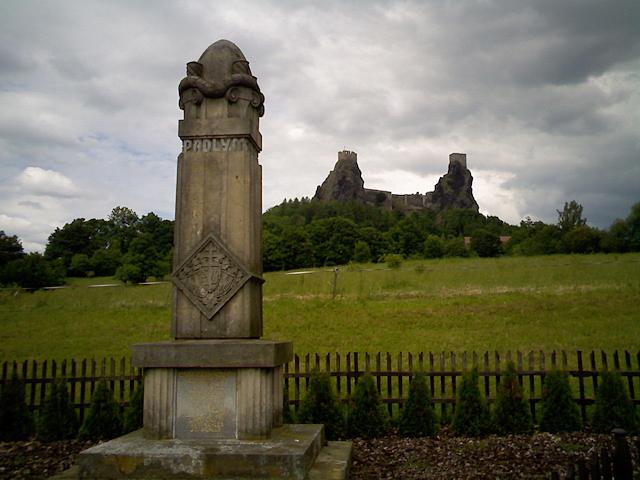 Pohled na Trosky od památníku u Troskovic